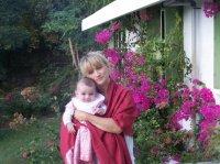dans les bras de maman devant les bougainvilliers