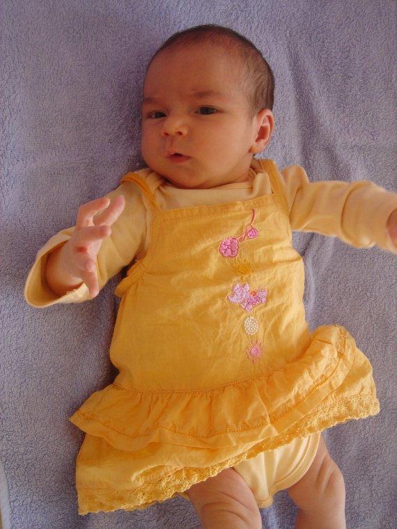 une vraie poupée tout de jaune vêtue