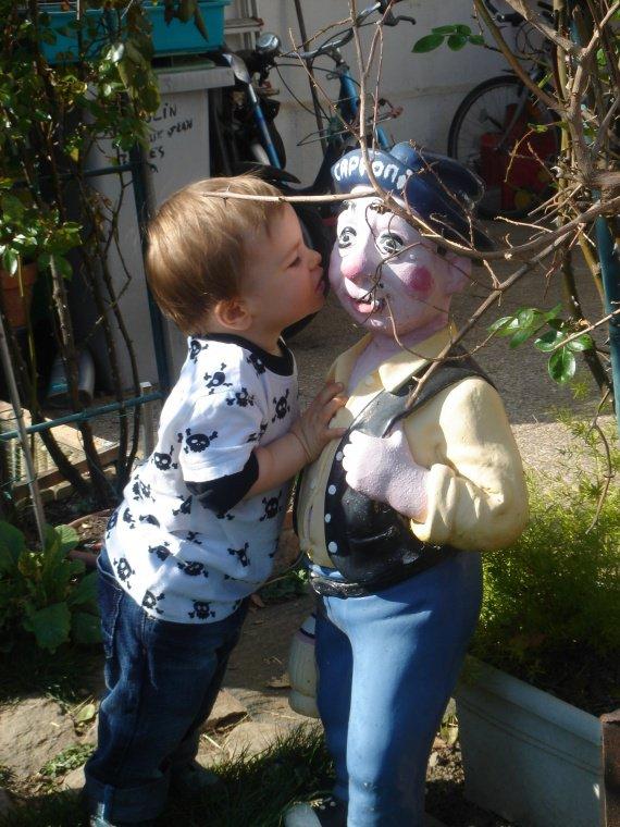 chez les arrières grands-parents, un nain embrasse un nain!!!!!