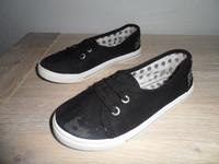 216 Chaussures en toile 3€ P28