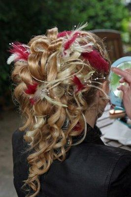 chignon-boucles-plumes-comment-etiez-coiffee-jour-mariage_31476