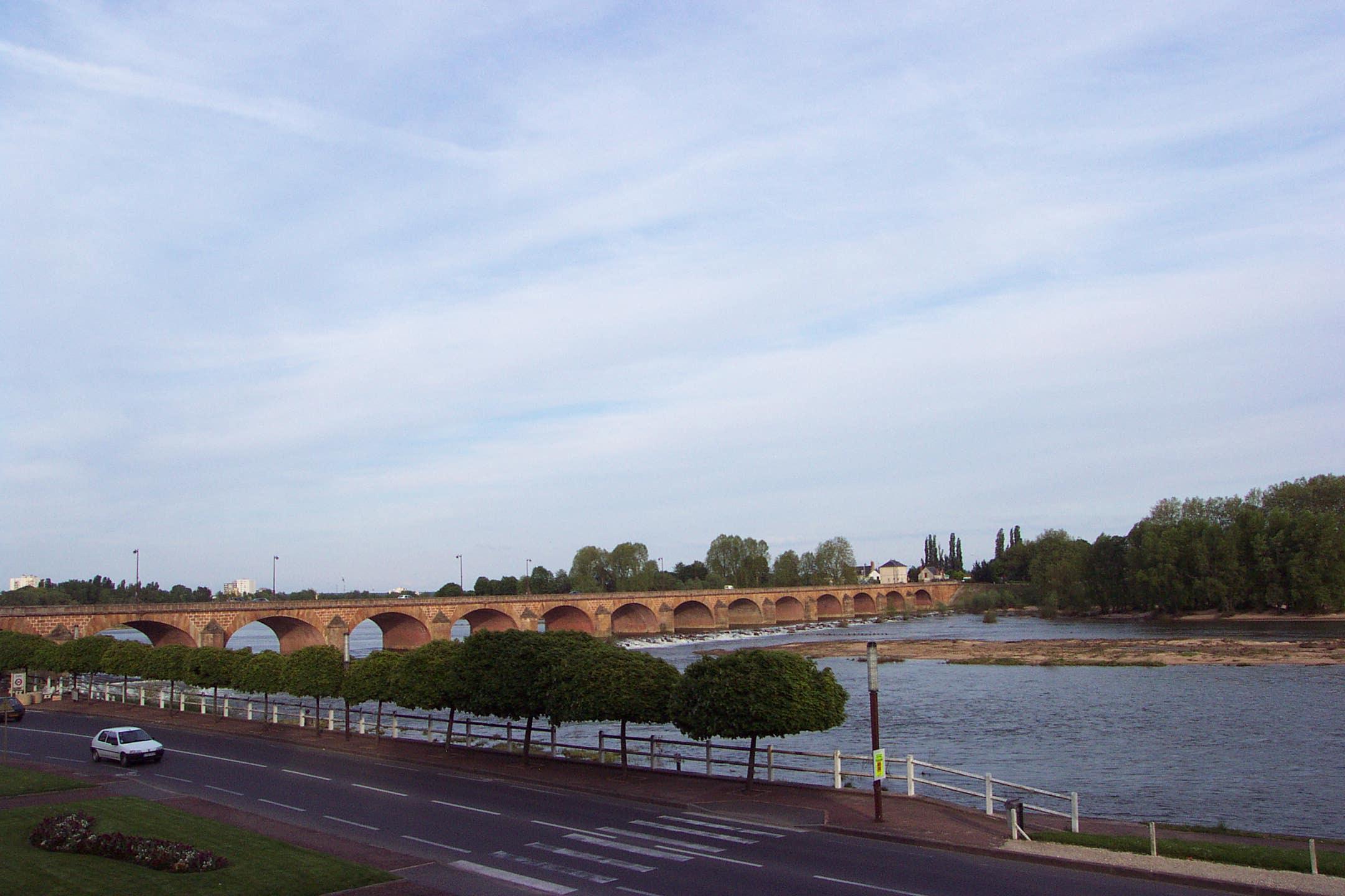 Nevers charmante ville de province le pont de loire for Piscine nevers