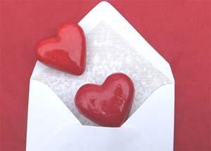 coeurs rouges dans enveloppe de bc