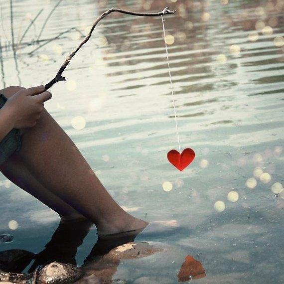 un petit coeur suspendu à un fil