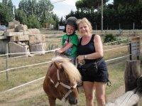 Killian à cheval avec Mamy.