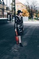 lackleder-vinyl-leder-trenchcoat-mantel-outfit-kombinieren-trends-herbst-mode-fashion-style-blog-who