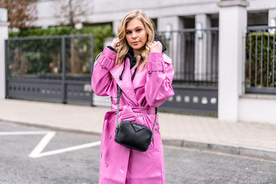vinyl-trenchcoat-outfit-pink-fashion-blogger-streetstyle-ootd-duesseldorf-sunnyinga-1170x780