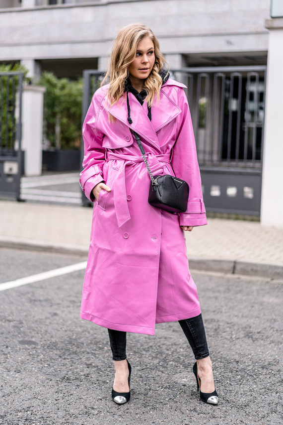 fashion-blogger-streetstyle-outfit-vinyl-trenchcoat-pink-duesseldorf-sunnyinga