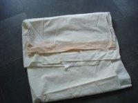 drap écru avec bande roange en bas (140cm par 200cm à vérifeir)