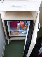 table de chevet avec petit frigo intégré...