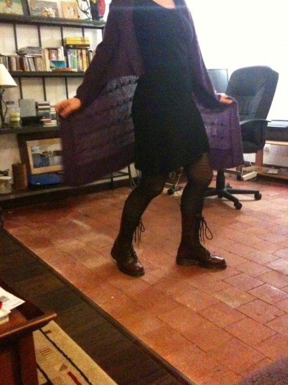 robe noire_gilet violet