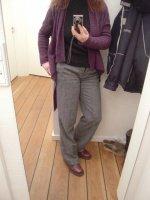 pantalon gris-pull noir-long gilet violet-doc