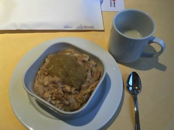 Porridge avec lamelle de pommes du matin pour Jean