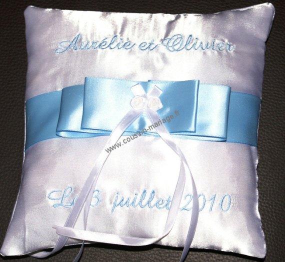 coussin alliances blanc et bleu ciel coussin mariage porte alliances personnalis brod tout. Black Bedroom Furniture Sets. Home Design Ideas