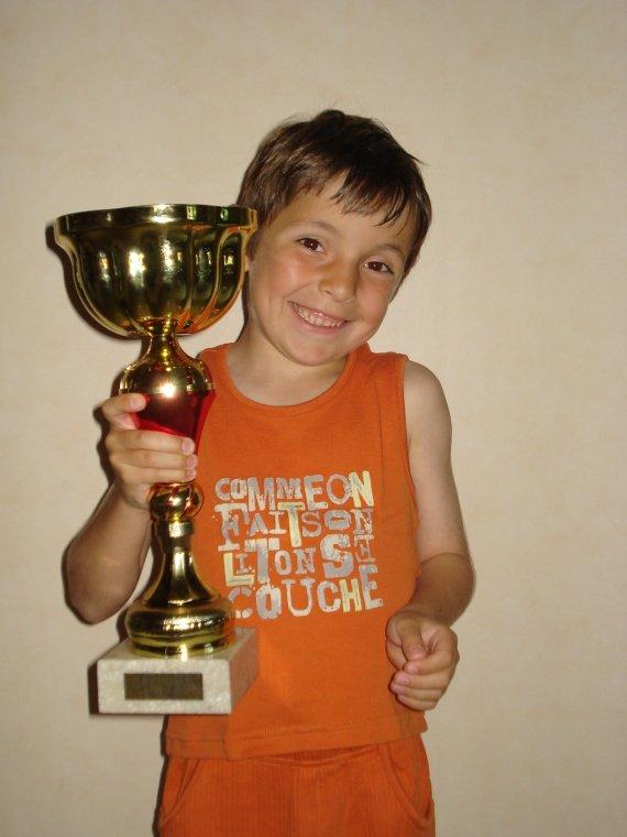 juin 2009 hugo avec sa coupe gagnée au foot