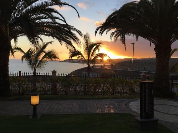 Bonne journée l'auberge un coucher de soleil vu de notre chambre ,bisous à vous