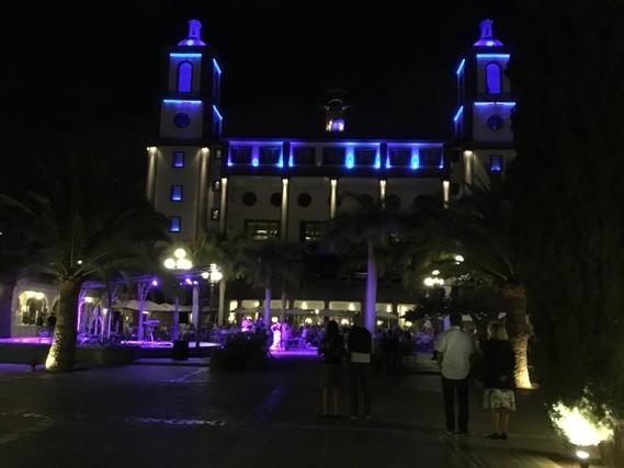 Une photo de l'hôtel cette nuit , bisous ?