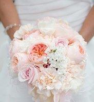 bouquet-mariée-rond-pivoines-pêche-fleurs-blanches