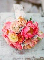 bouquet-mariée-rond-renoncules-pivoine-rose