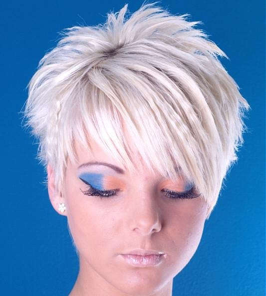Coupe tres courte femme destructuree coloration des cheveux moderne - Coupe destructuree courte ...
