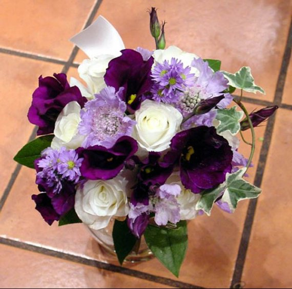 Lisianthus_Rose_Scabiosa_Ivy_Handtied