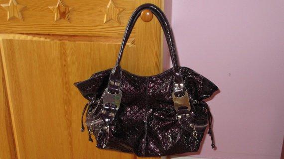 Sac a main vernis violet façon croco, 3 pochettes exterieur 5 pochette interieur 10€ tbeg