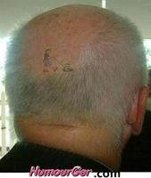 Tondeuse_a_gazon_qui_coupe_les_cheveux_tatouage