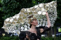 racegoer-larisa-katz-adjusts-her-hat-as-she-arrives-for-ladies-day-at-the-royal-ascot-horse-racing-f