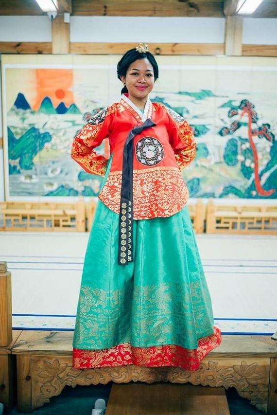 Shula Rajaonah en hanbok, tenue traditionnelle coréenne