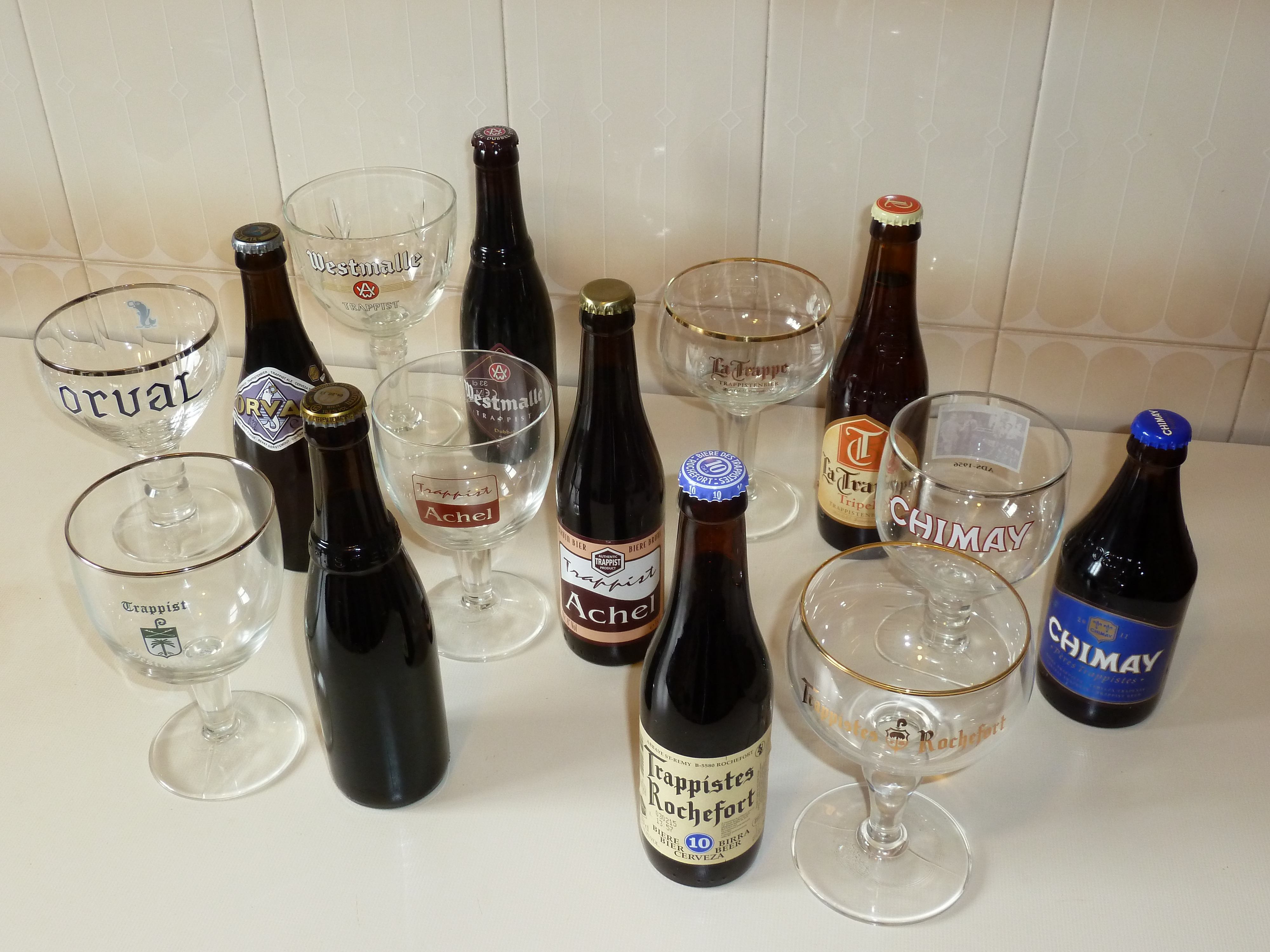 Trappist_beer_and_glasses