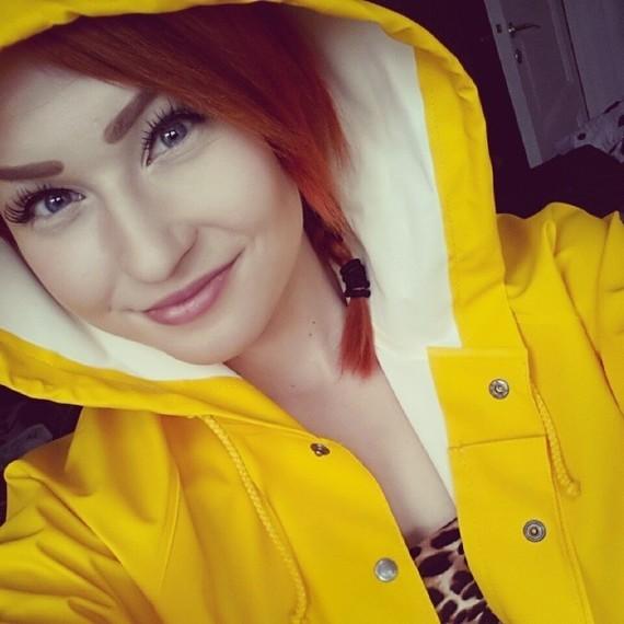 Rousse en jaune.