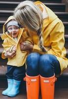 En bottes et ciré comme maman.