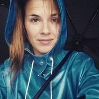 Envoutante capuche, ciré et parapluie...ou selfie ?