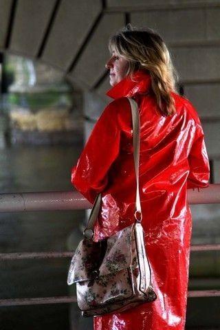 Mode en ciré rouge.