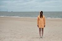 Sur une plage abandonnée.