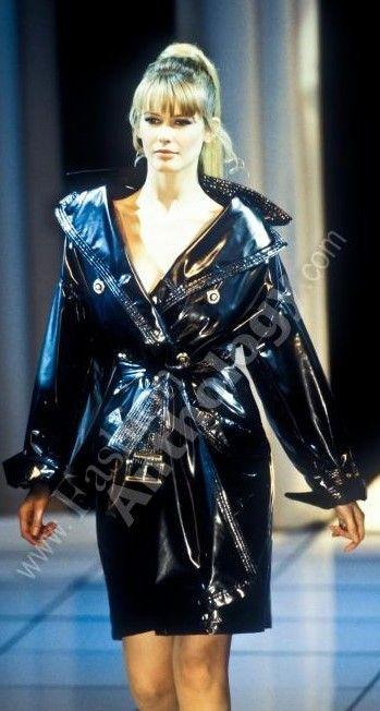 Claudia Schiffer en Versace.