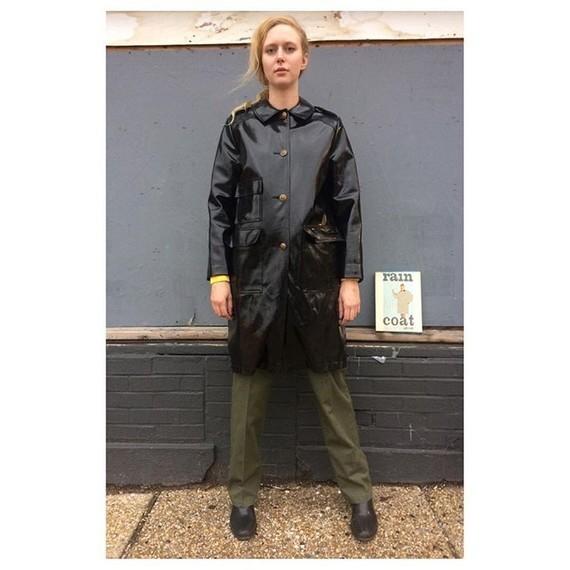 """C'est écrit : """"rain coat""""."""