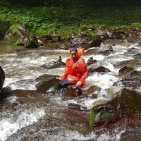 Les pieds dans l'eau.