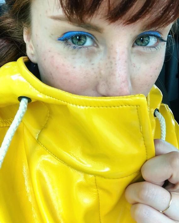 Regard jaune et bleu.