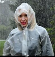 Sourire sous la pluie.