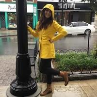 Elle danse sous la pluie.