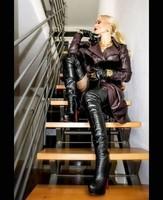 La concierge est dans l'escalier.