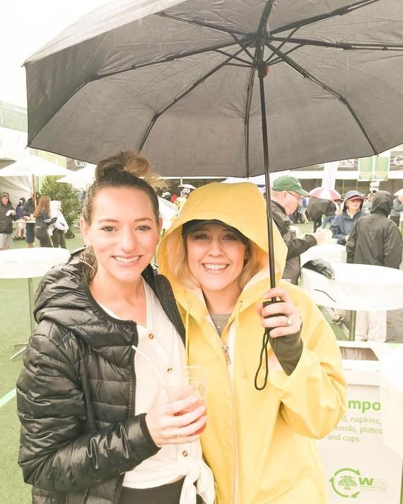 Solidaires sous la pluie.
