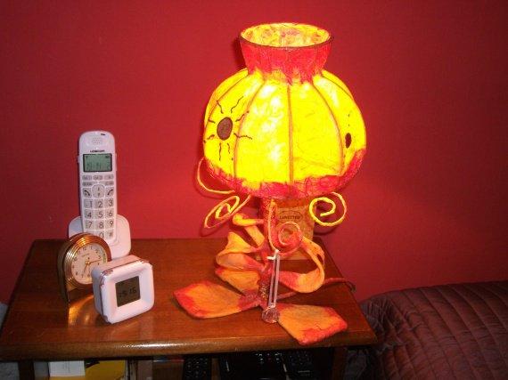 lampe tarabiscotée allumée