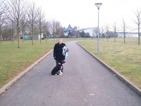 Avec maman et le parc du futuroscope en fond