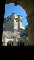 derrière la tour qui servait de refuges aux moines
