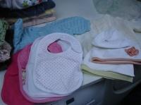 brassières, bavoirs et bonnets prêtés par A.C.