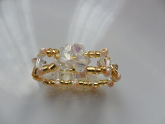 Bague perle couleur or et blanc rocailles et toupies en - Couleur blanc perle ...