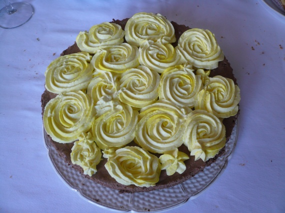 bavarois chocolat sur croquant et rose en chantilly