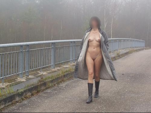 salope hard nue sous son manteau